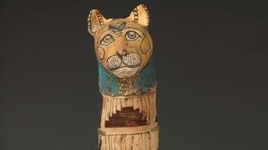 Momia egipcia de gato del Museo del Louvre de París.