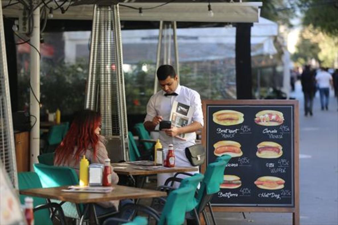 Un camarero, en una terraza de la Rambla.