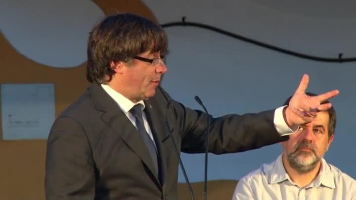 El president Puigdemont i el líder de lACN, Jordi Sànchez, en lacte a favor del referèndum daquest divendres, a Sant Joan Despí.
