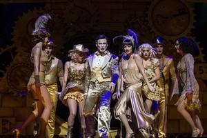 Ivan Labanda, caracterizado como maestro de ceremonias, y Elena Gadel como Sally, en una escena de Cabaret.