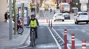 El nuevo carril bici de Sant Antoni Maria Claret, a la altura del paseo Maragall.