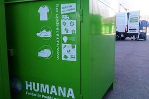 Un contenedor de ropa usada.