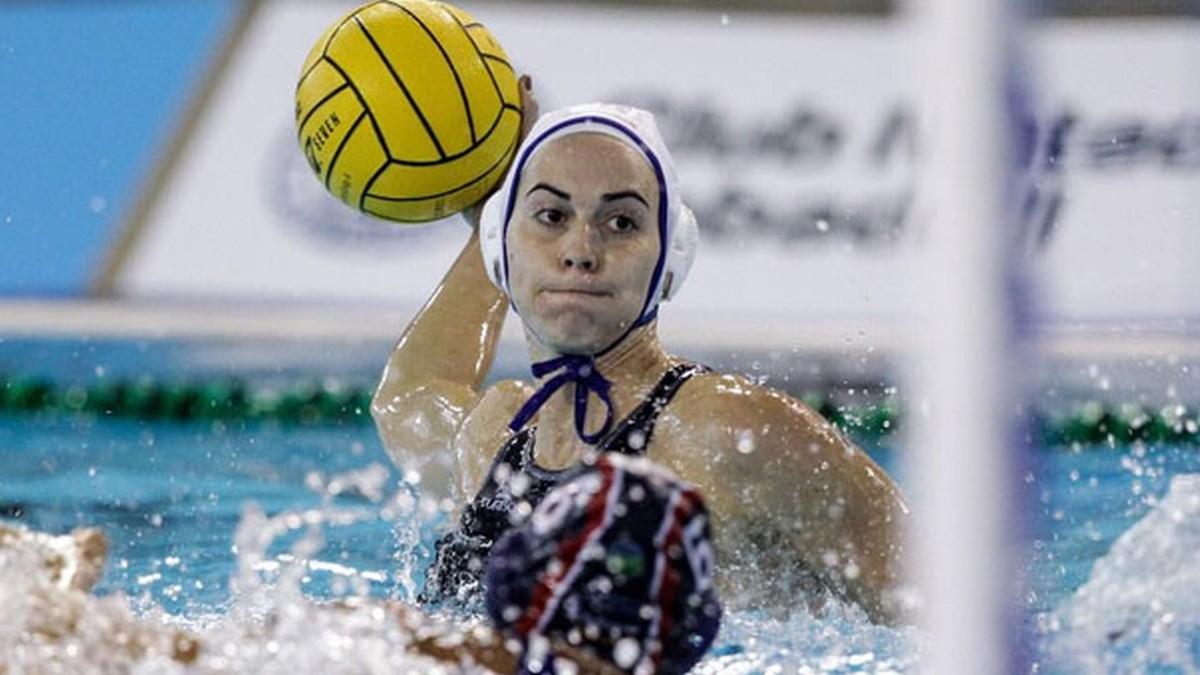 Bea Ortiz, del Astralpool Sabadell, lanza a portería ante el La Sirena Mataró.