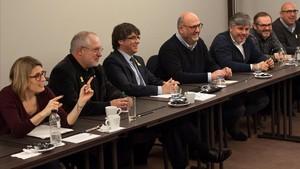 Carles Puigdemont reunido, en Bruselas, con los diputados de su partido.