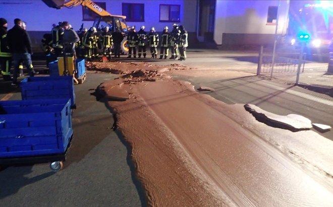 Un riu de xocolata banya un carrer a Alemanya