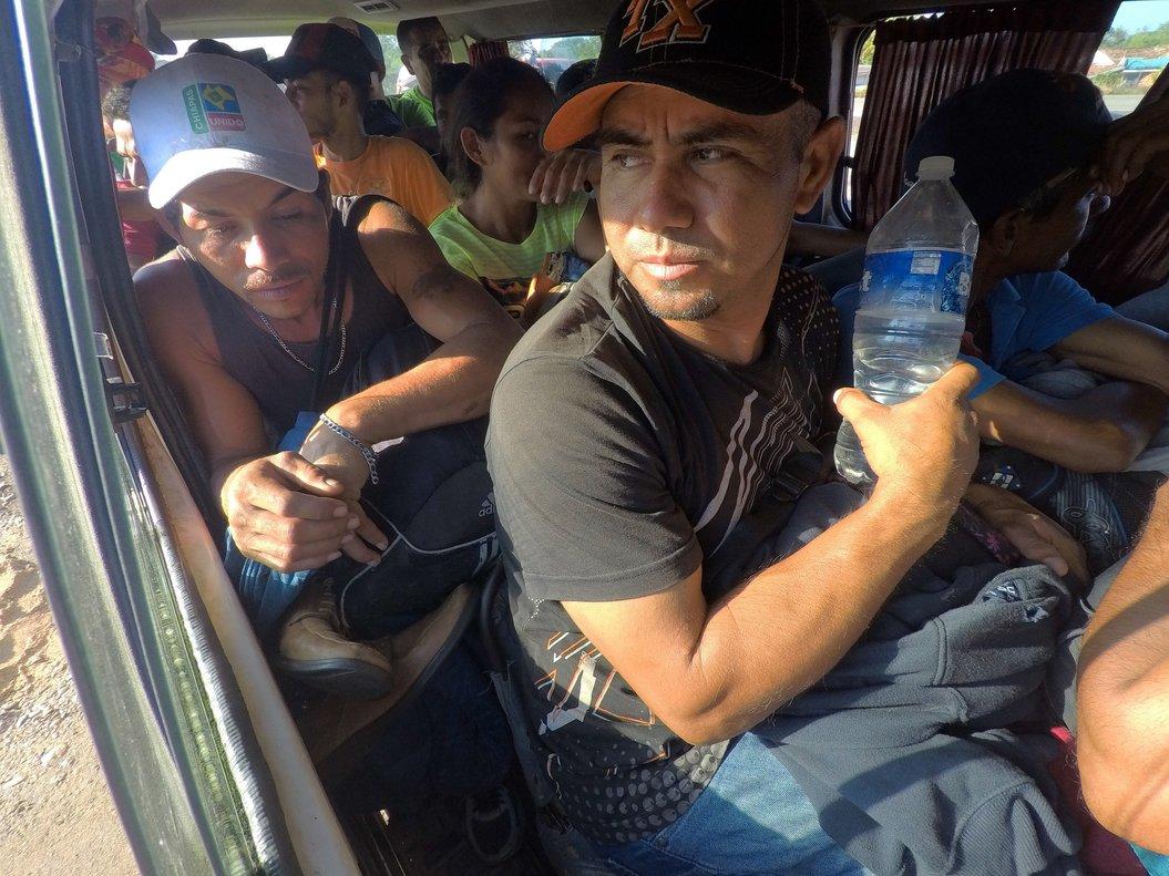 MAPASTEPECMEXICO- La caravana de migrantes hondurenos inicia su salida de la localidad de Mapastepec con rumbo hacia el municipio de Pijijiapan en el estado de ChiapasMexicodurante su travesia por Mexico hacia EEUU EFE Maria de la Luz Ascencio