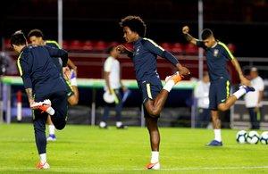El jugador de Brasil William participa en un entrenamiento en el estadio Morumbí en Sao Paulo.