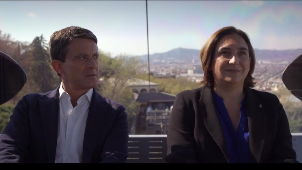 Manuel Valls y Ada Colau en una cabina del teleférico de Montjuïc, durante el programa 'Salvados' de Jordi Évole.