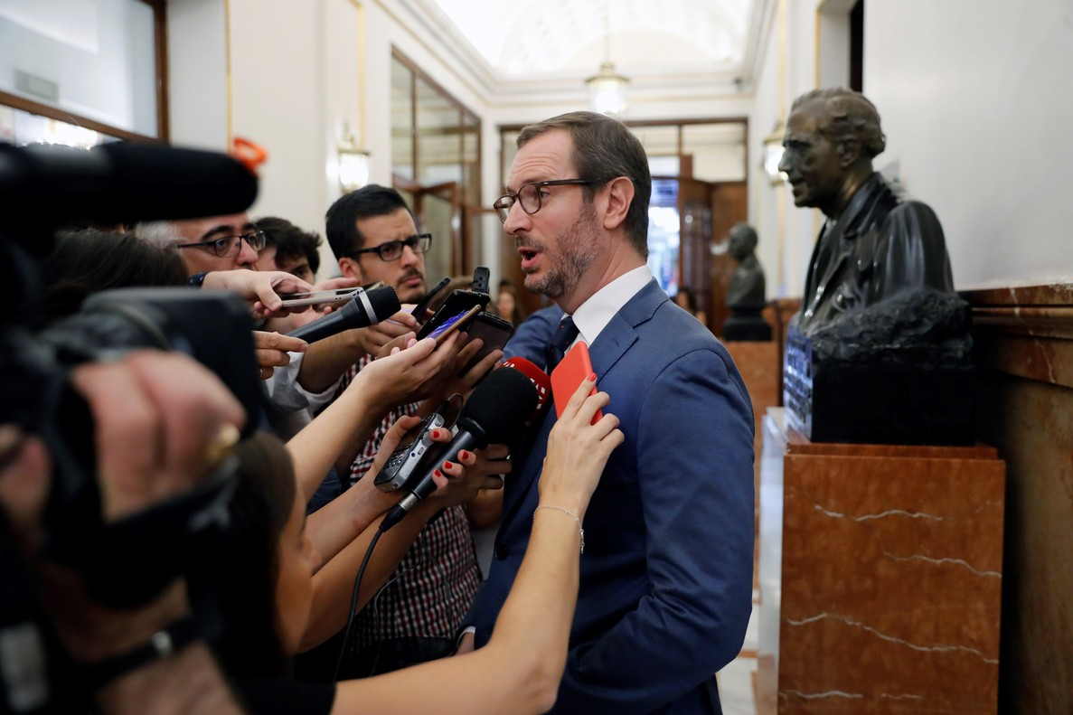 Javier Maroto, secretario de organización de PP, contesta a las preguntas de los periodistas en los pasillos del Congreso.