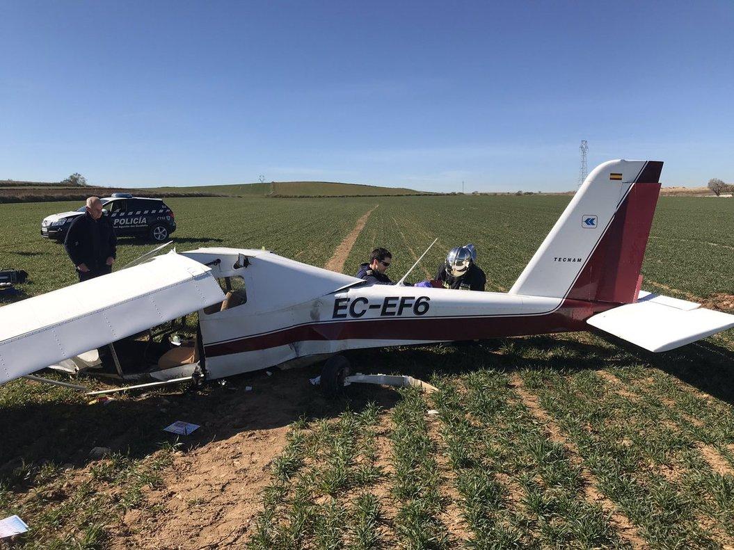 El avión ultraligero en la zona en la que aterrizó.