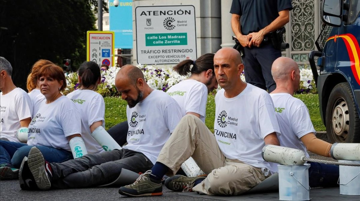 Activistas de Greenpeace protestan, el pasado lunes,contra la decisión del Ayuntamiento de Madrid (PP) de no multar a los conductores que atraviesen Madrid Central.