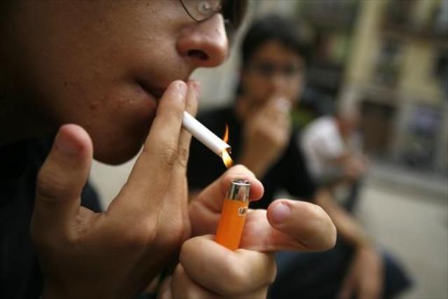 Un adolescente fumador.
