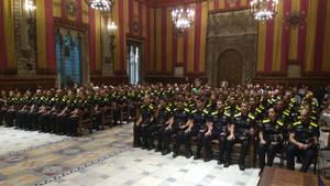 Agentes de la 90ªpromoción con el nuevo uniforme, este lunes en el Saló de Cent.