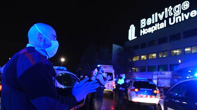 Agradecimiento mutuo entre policía y personal sanitario en el Hospital de Bellvitge