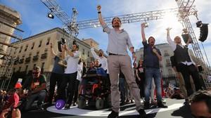 Alberto Garzón, Pablo Iglesias, Xavier Domènech y Juan Carlos Monedero en el escenario de la Puerta del Sol.