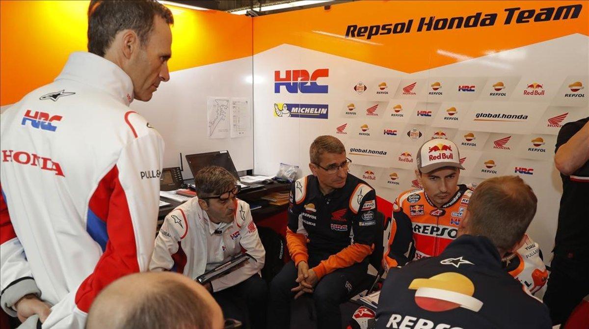 Alberto Puig, máximo responsable deportivo de Honda, participa en una reunión en el rincón de Jorge Lorenzo.