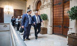 El alcalde de Terrassa, Alfredo Vega, con el director del Servicio Catalán de la Salud-CatSalut, Adrià Comella.