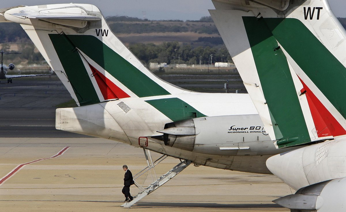 An Alitalia flight attendant disembarks from a plane at Fiumicino international airport in Rome September 26, 2008. The rescue of Alitalia from bankruptcy is back on track, Italy labour minister Maurizio Sacconi told Il Giornale newspaper in an interview given before key pilots' unions also signed up to the deal early on Saturday. REUTERS/Max Rossi (ITALY)