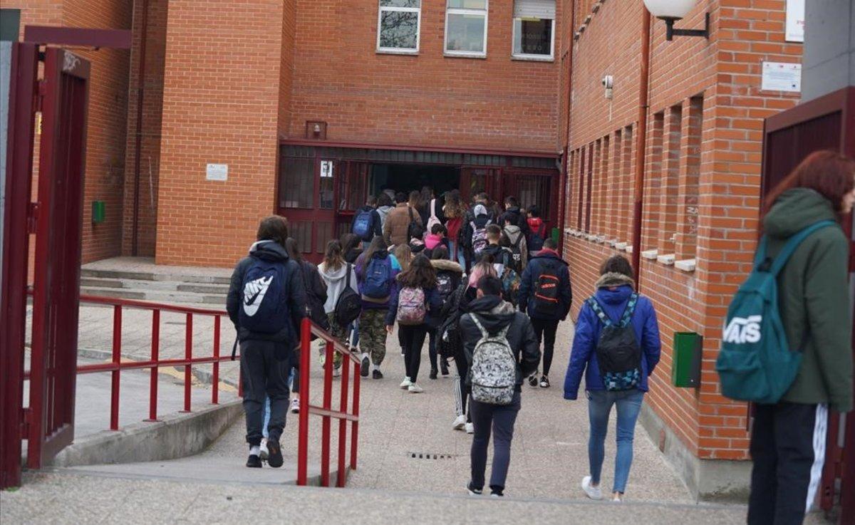 Alumnos del instituto Máximo Trueba de Bobadilla del Monte (Madrid) asisten a su última clase antes de las medidas tomadas por el coronavirus.