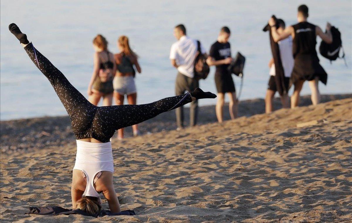 Ambiente en la playa de la Barcelonetael pasado jueves.