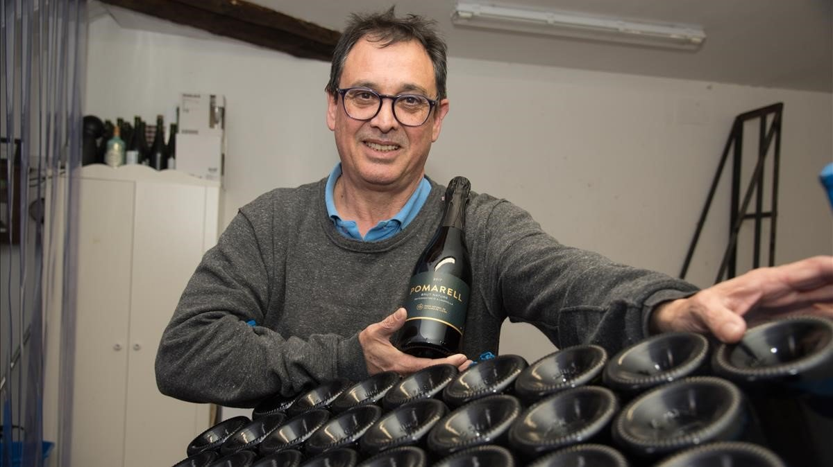 Andoni Riera, en su obrador de sidra en Preixana (Urgell).