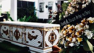 Ataúd y ofrenda floral del Kid Mai DeathCafe
