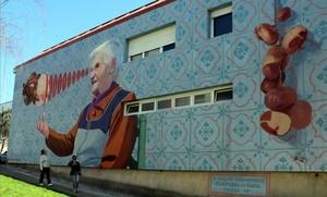 'Balbina, a muller macroondas' que hace levitar un pollo y lo asa con la mirada, en un edificio de Santiago de Compostela.