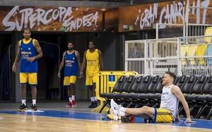 El base del Gran Canaria, Gal Mekel, una de las novedades de la temporada, estira en el entrenamiento