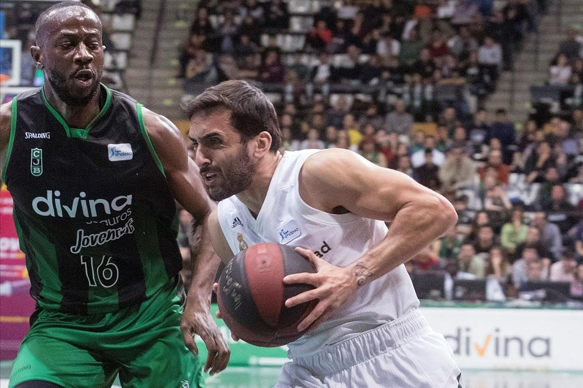 El base madridista Campazzo intenta superar la defensa de Bongou-Colo