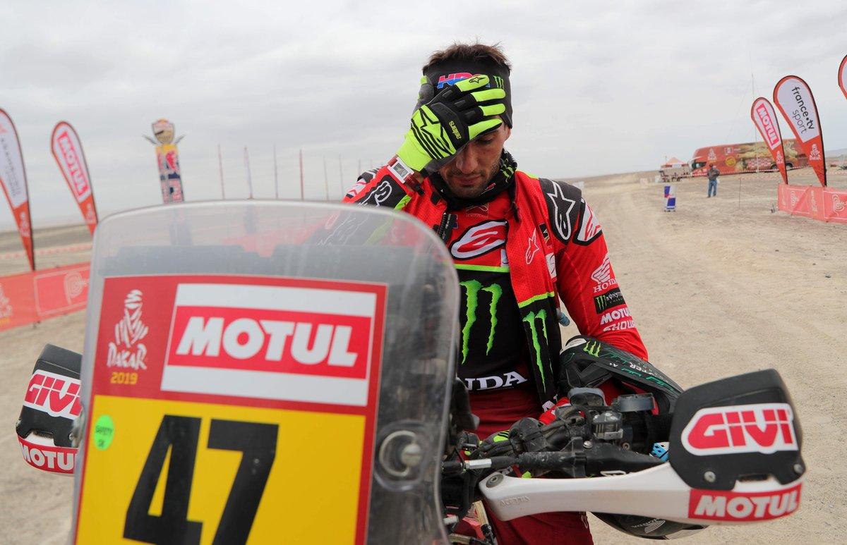 Kevin Benavides, en un control de tiempos, durante la octava etapa del Dakar.