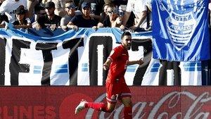 Borja Iglesias celebra su primer gol en Butarque.