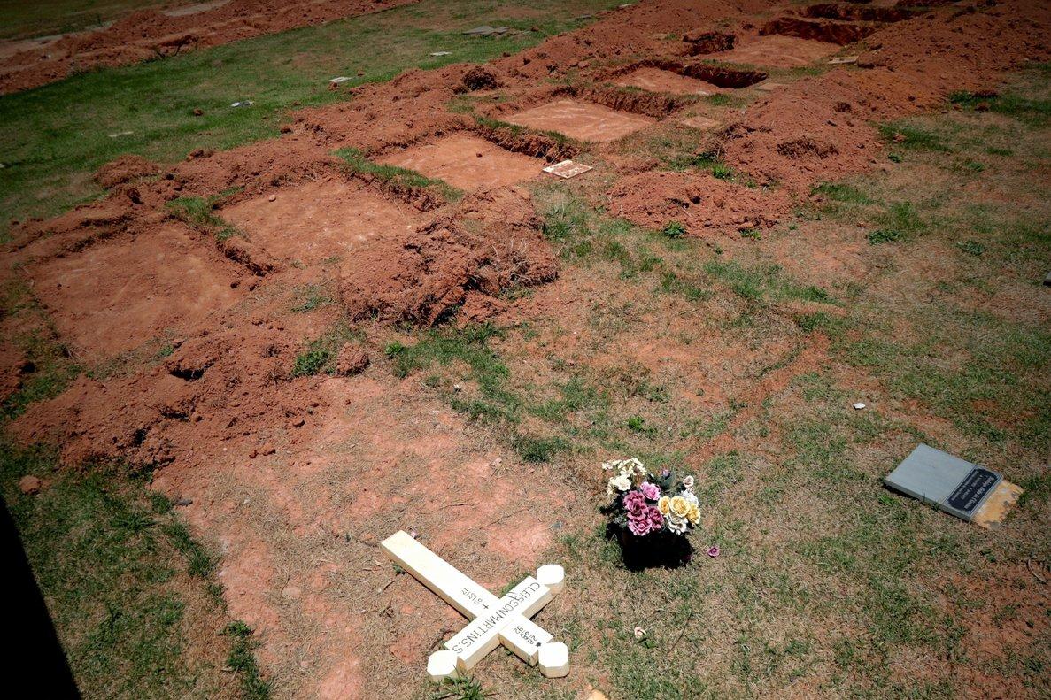 Fosas para enterrar cuerpos de victimas en Brasil porla tragedia provocada por la ruptura de una represa mineraEFEAntonio Lacerda