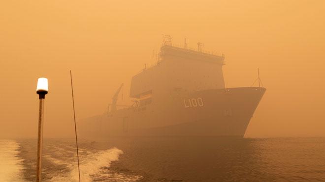 Comienza la evacuación por mar en buques militares de los afectados por los incendios en Australia.