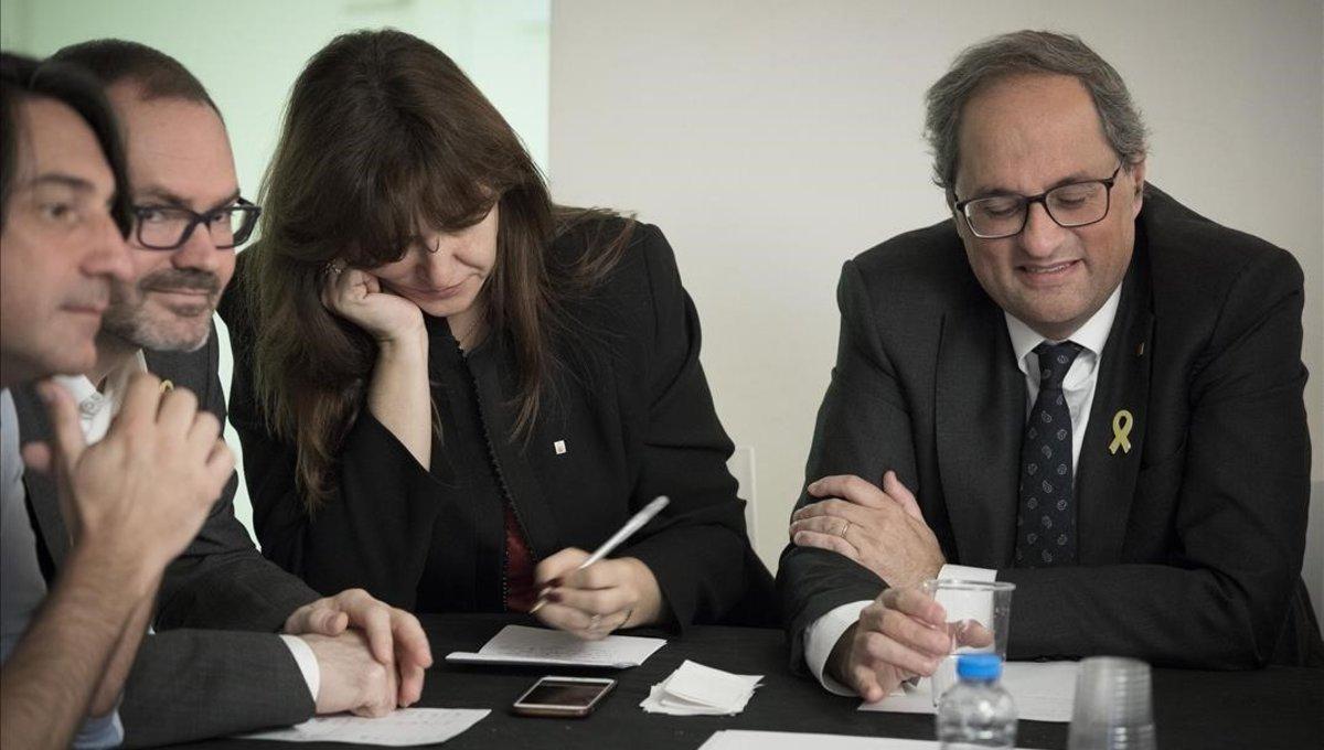 La candidata Laura Borràs y el 'president', Quim Torra, en la reunión de Junts per Catalunya para analizar los resultados electorales del pasado 28 de abril.