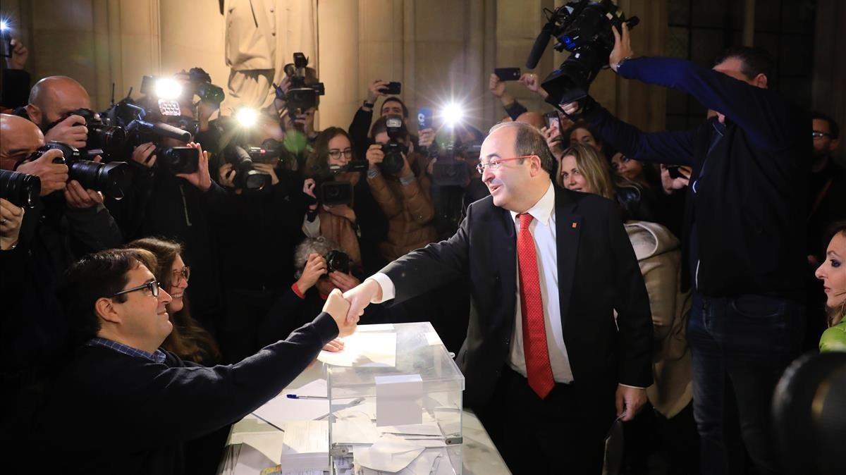 El candidato del PSC, Miquel Iceta, ha ejercido el voto en la Universitat de Barcelona.