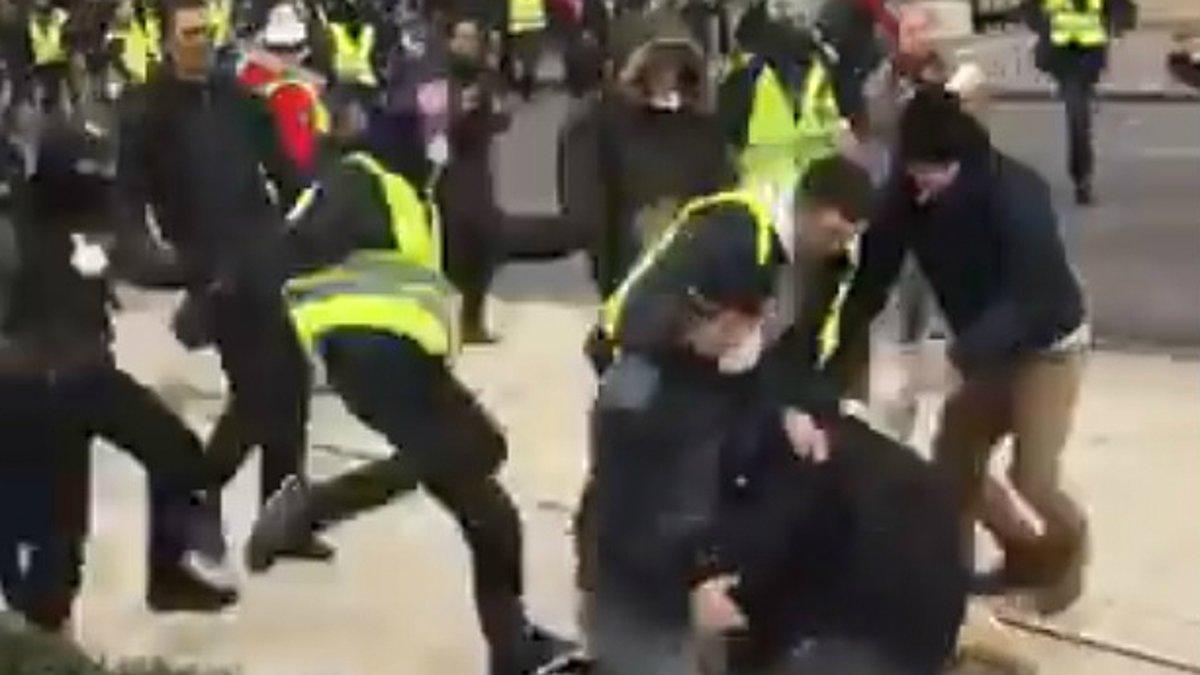 Agresión de chalecos amarillos a periodistas en Ruan (Francia)