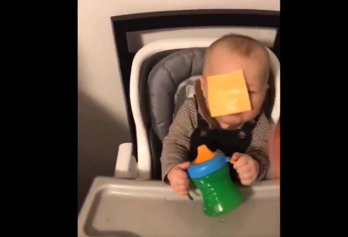 El polémico reto viral que consiste en lanzar una loncha de queso a un bebé