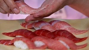 Un chef prepara sushi de atún rojo en Tokio.