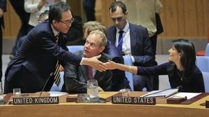 Cho Tae-yui (izq), embajador de Corea del Sur en la ONU, saluda a sus homólogos de EEUU, Nikki Haley (derecha), y del Reino Unido, John Rycroft, el 4 de septiembre.