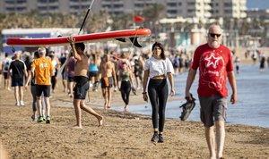 Ciudadanos pasean por la playa de la Malvarrosa, en Valencia, el primer día en el que se da permiso para realizar actividad física.