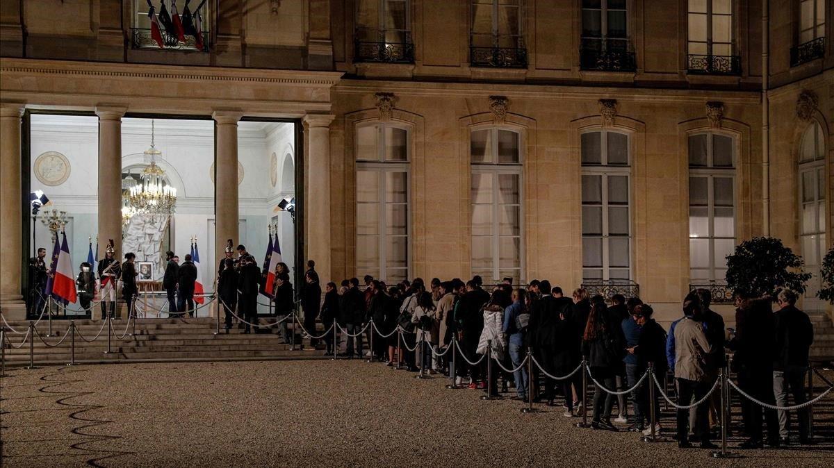 Cola de ciudadanos en el Elíseo para firmar en el libro de condolencias por la muerte de Chirac.