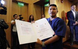 Un excombatiente de las FARC muestra su título en servicios sanitariosotorgado por la Cruz Roja de Colombia.