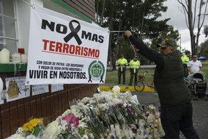 Un hombre extiende una pancarta durante un homenaje a los cadetes muertos por la explosion del carro bomba contra la Escuela de Cadetes de la Policia General Santanderen un ataque atribuido a la guerrilla del ELNEFE Juan Paez