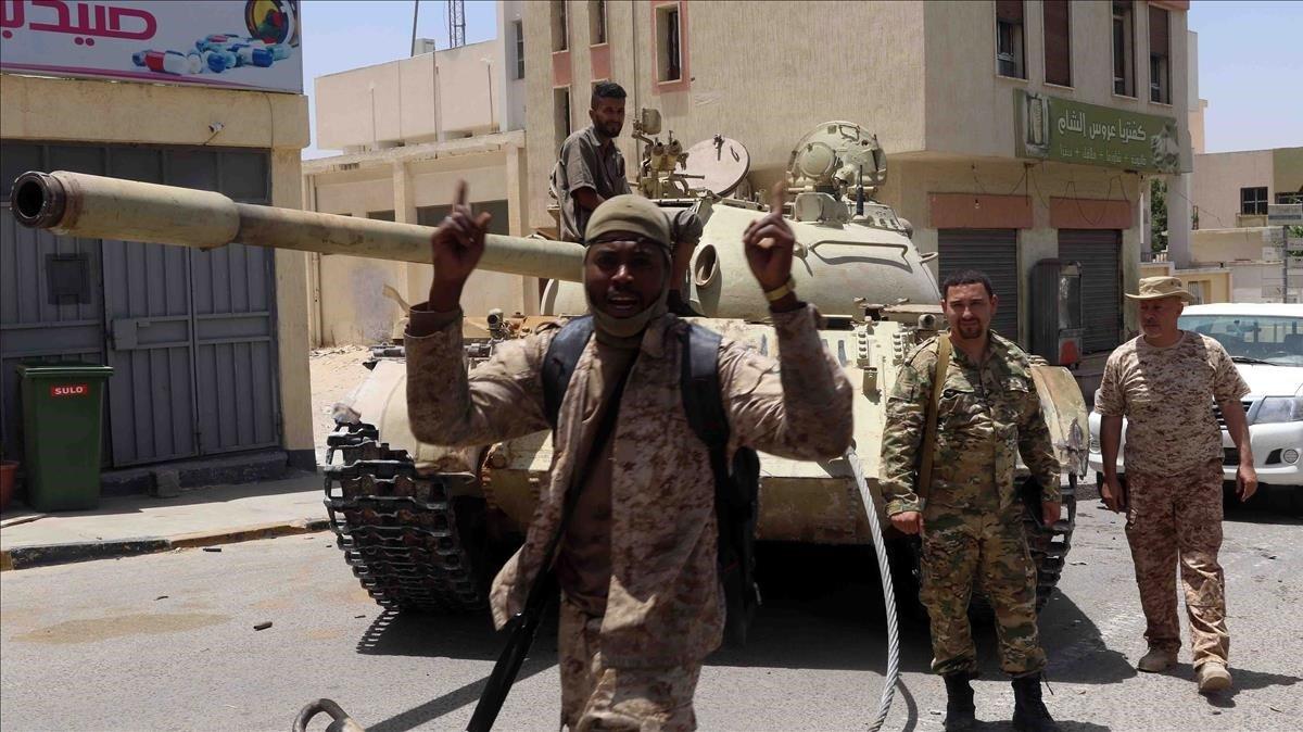 Combatientes leales al Gobierno apoyado por la ONU en Libia celebran el avance de este sábado.