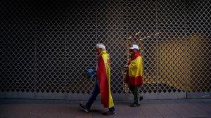 Las protestas en los barrios ricos de Madrid agonizan tras la apertura de terrazas. En la imagen, dos de los diez participantes el martesen la calle Núñez de Balboa.