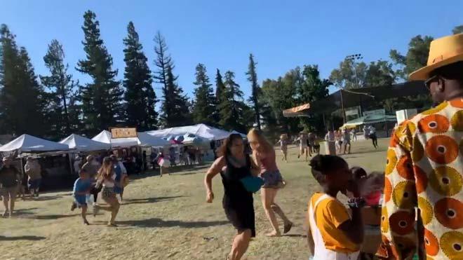 Cuatro muertos y 15 heridos en un tiroteo en un festival en California. En la foto, un grupo de gente huye del lugar de los hechos.