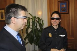 El director de la Policía Nacional, Ignacio Cosidó, prueba las Google Glass.