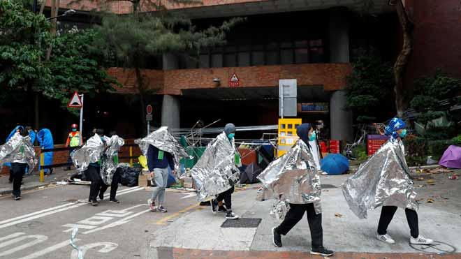 Disminuye la tensión en Hong Kong después de que 600 activistas abandonen la universidad.