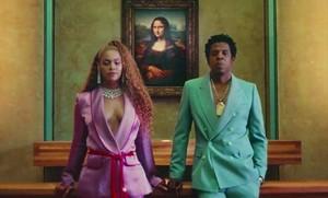 Beyoncé y Jay-Z, en el inicio del videoclip de Apeshit, frente a la Mona Lisa.