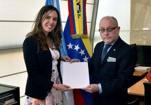 El Ministro de Relaciones Exteriores argentino, Jorge Faurie, recibió las copias de estilo de las credenciales de Trotta.